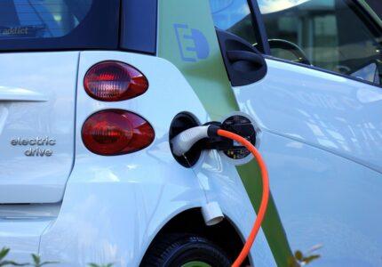 samochod elektryczny jakie korzysci wynikaja z jego uzytkowania
